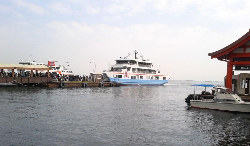 宮島行きの船